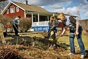 Rabatterna måste också fräschas upp och här jobbar Annika Papmehl-Dufay, Katarina Andersson och Elin OSkarsson.