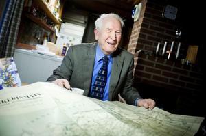 Lars Krifors visar upp en karta över sitt Ingermanland. Historierna från sitt minst sagt innehållsrika liv har han samlat i två böcker. Nu jobbar han på en tredje.