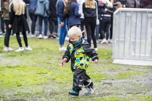 Marve Sundström, två år, såg nog sitt klädval som en framgång bland de många vattenpölarna. Regnet höll sig i alla fall borta när spelningarna drog i gång.
