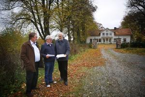 Frimurarna som äger Igelsta gård vill bygga bostäder som kan bli seniorboende på vardera sidan om entrén till gården, ett av husen skulle ligga ungefär där Anders Bruse, Staffan Ternby och Kjell Nilsson står.