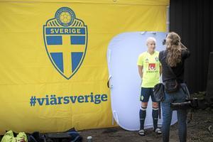 Julia Spetsmark blir fotograferad under damlandslaget i fotbolls träningssession i Göteborg inför EM.