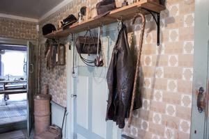 I farstun hänger Johans skinnjacka och sprängväskan med dynamittråd kvar. Här kan man också se att flera av dörrarna är väldigt låga. De är  från när huset byggdes i slutet av 1700-talet.