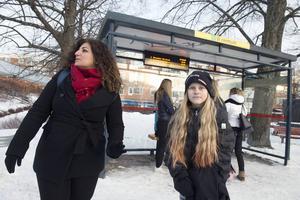 Josephine Andersson och Lamiss Yosef väntar på bussen som ska ta dem mot Sundsvall.
