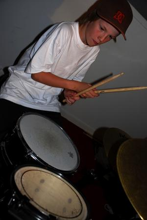 Yngst i bandet. Jonas Dyrsmeds, 11 år, har spelat trummor i två år. Foto:Christian Larsen