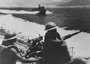 Bilden togs för på dagen 50 år sedan under Sexdagarskriget och visar soldater i den israeliska flottan efter att den drivit ut egyptiska styrkor från Sharm el Sheikh på Sinaihalvön.