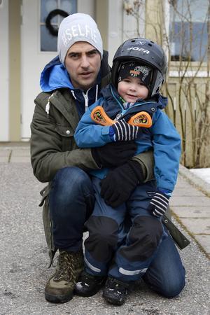 Matthew Campbell och sonen Levi som behöver ständig övervakning och alltid har hjälm på sig när han leker utomhus.
