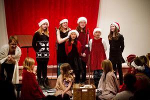 Ett julspel av de minsta dramaeleverna avslutades med klassiska julsångerna