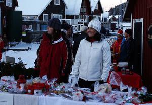Varje år får en förening eller skolklass ställa upp ett stånd på den populära julmarknaden i Skatan. I år blev det Njurunda sportklubb som drog vinstlotten och enligt Synnöve Lindgren och Mia Persson så gick försäljningen jättebra.