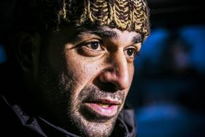 Moaweyh Ramly, tvåbarnsfar från en förort till Damaskus. Där har han sin gravida hustru och två små barn. De hade inte råd att fly med hela familjen, och det hade dessutom varit för svårt och osäkert med de små barnen. Ramly ska, om han får uppehållstillstånd i Sverige, försöka få hit även sin familj.