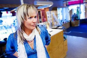 """Margareta Carlsson äger Svedbergs Ur & Guld. I ett sådant arbete är skarpa säkerhetsrutiner ett måste. """"Att arbetsmiljöverket besöker butiker och ser över säkerheten är bara bra, förebyggande arbete är väldigt viktigt"""", säger hon.Foto: Håkan Luthman"""