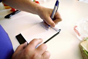 Oftast upptäcker omgivningen att personen ifråga är vänsterhänt när han eller hon skriver. Det ser helt klart avigt ut. När Ludde började ettan försökte hans fröken tvinga honom att skriva med höger hand men det gick inte alls.