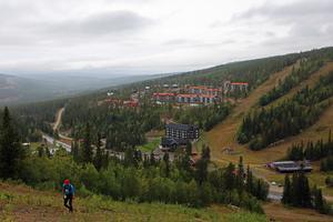 En ensam löpare på 24 km-slingan är på väg upp för den branta stigningen