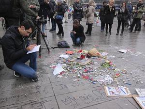 Paris i chock. Efter terrorattacken fylldes gatorna av hälsningar och blommor.