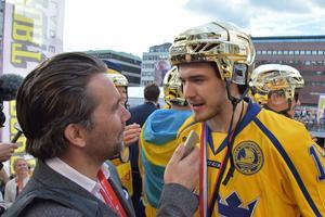 Dennis Everberg firade guldet kungligt på Sergels Torg i Stockholm på måndagskvällen.