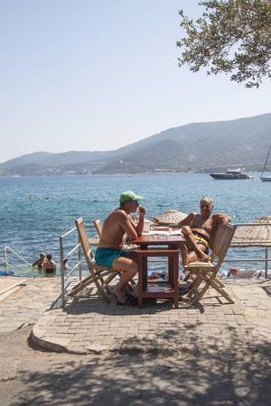 I badorten Torba ligger serveringarna på rad längs vattnet.