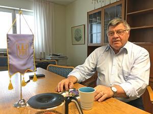 Owen Olofsson berättar att många pensionärer inom PRO:s samorganisation i Västerås är oroliga för att inte kunna klara av ekonomin, då kostnaden för hyra, el och värme äter upp i princip hela pensionen.