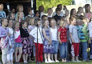 Idas sommarvisa hör till när det är skolavslutning. Barnen på Ede skola sjöng den på Delsbo forngård på torsdagen.