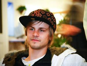Henrik Persson flyttar efter studenten från lägenheten på Frösön och hem till föräldrarna i Fåker, för att arbeta i deras Ica-affär.