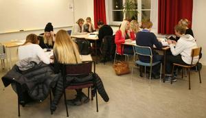 Nystartade Mattecentrum i Östersund har blivit en succé. Varje tisdag samlas ett 50-tal ungdomar på Wargentinsskolan för att lära sig mer matte.