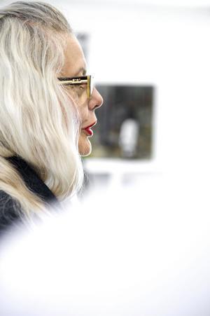 Marianne Lindberg De Geer är född i Stockholm 1946 där hon också bor och är verksam som konstnär, dramatiker och kulturskribent.