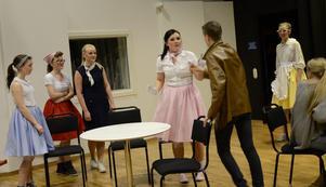 Med engagemang spelas en av scenerna i musikalen Britts motorfik upp.