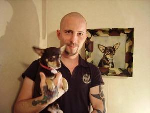Även tuffingar vill ha porträttpå sina hundar. Adde med sin chihuahua Arne. Adde och Arne deltog i TV3:sdokusåpa Top Dog som gick för några år sedan.