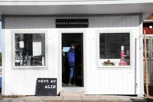 Elin har butik och utställning av handvävda textilier i Öhmans gamla mack i Långhed.