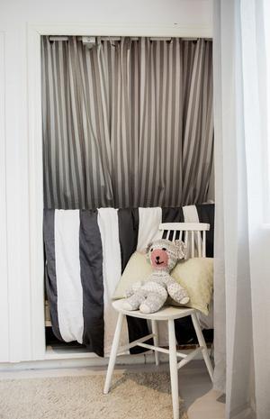 Sonen Gustav sover i en liten alkov i föräldrarnas sovrum.