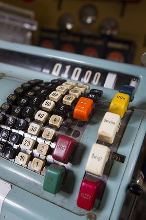 På den gamla kassa apparaten finns speciella knappar med rubriker för olika ändamål.