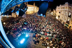 Konserten lockar tusentals till Stortorget.