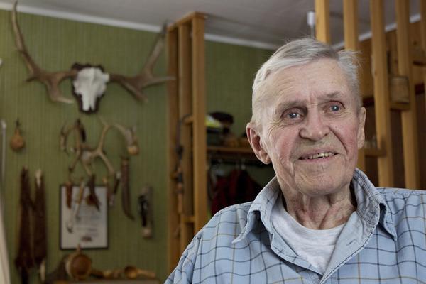 I  pappas fotospår. Bo Rölskog, snart 80, har visserligen bott i Rölö ett helt liv, men rest mycket och sett stora delar av världen.  På väggen sitter minnen från många jakter i Sverige och utomlands.