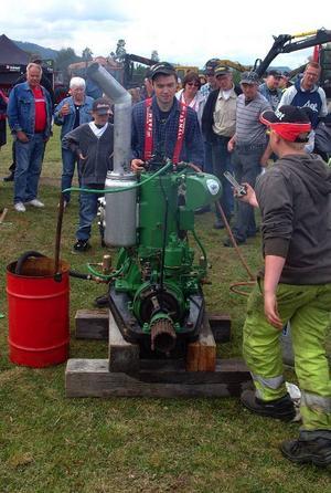 Rickard Öhman, traktor- och maskintokig yngling från Helgum, företog en bejublad visning av en tändkulemotor hämtad från en flottningsbåt i Ströms Vattudal. Tomgångsvarv: Knappt 200 varv/min. Fullgas 700 varv. Rickard hade även med sig ÖSA:s första skogsmaskin.