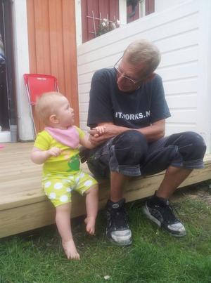 Fångade ett fint samspel mellan min dotter och hennes morfar..