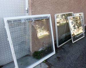 Natten mot tisdag krossades flera fönster i hyreshuset närmast gamla Konsum på Tallvägen.