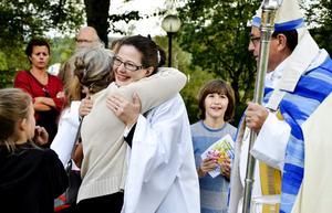 Välkommen till församlingen. Kramar och lyckönskningar till Carina Pilblad Särnqvist. Biskop Thomas Söderberg finns med bredvid.