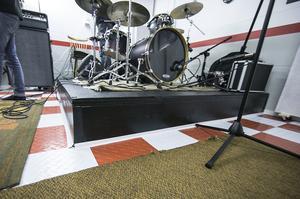 Ett specialbyggt podie för trummisen.