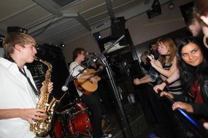 Tre band spelade för världens barn på lördagskvällen.