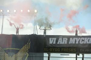 Supportrarna fanns placerade på B-läktarens tak.