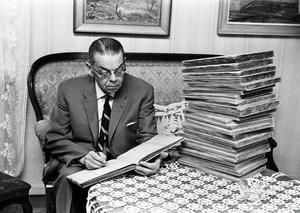 FOTO: STIG ELVÉNPer Albin Norin var Helsingerunors förste redaktör. Tidskriften var tänkt att skapa gemenskap mellan hembygdsföreningarna i Hälsingland. Han samlade också artiklar från bygden i sina klippböcker (bilden) som nu finns i Edsbyns museum.