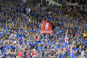Jubel bland de isländska fansen under tisdagskvällens Grupp F match mellan Portugal och Island på Stade Geoffroy-Guichard i Saint-Étienne under fotbolls-EM i Frankrike.