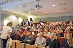 Salen på väg att fyllas av förväntansfulla åhörare inför Gudrun Schymans föreläsning.