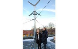 Gymnasieeleverna  Ellinor och Sofia hittade ett nedpackat  vindkraftverk i skolans källare. Som gymnasiearbete har de nu sett till att det har kommit på plats på skolans tak. Foto: Rolf Sundblad/DT