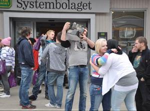 Systembolaget hade förstås en lönsam dag. Enligt ungdomarna själva kommer de till Åre av två skäl: för att köpa billig sprit/öl och tobak – och för att festa.