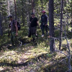 I Bureåborgs djupa skogar traskar skyttarna mellan stationerna.