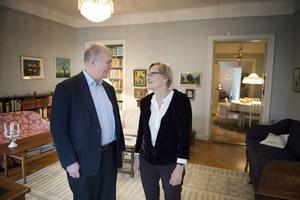 Kjell Bohlund, ordförande för Astrid Lindgren-sällskapet, och Astrid Lindgrens dotter Karin Nyman i barnboksförfattarens vardagsrum på Dalagatan 46 i Stockholm. Nu öppnar bostaden för allmänheten.