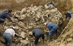 Mellan 7 400 och 8 300 människor antingen tillfångatogs och mördades eller sköts i bakhåll av den bosnienserbiska arménunder det besinningslösa blodruset sommaren 1995. Här blottläggs en av alla massgravar, året efter massakern. Platsen är Pilica, nordöst om Tuzla.