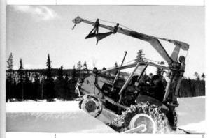 Det här är en halvbandsutrustad hjultraktor som kört fast. Banden gick ner och traktorn upp. Inte ovanligt för halvbandare om snön var djup.