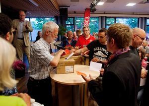 OMRÖSTNING. Efter en utdragen kamp mellan Lindholm och Hansjons fick sluten omröstning avgöra.