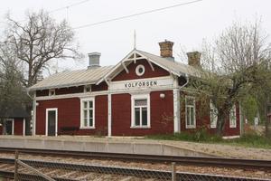 Tågen åker fortfarande förbi det gamla stationshuset. Men de stannar inte längre. Nu hotas byggnaden av rivningen. Men byborna säger att de tänker bli huskramare för att få ha den kvar.