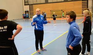 Idrottscollege. I dag har Lindeskolan totalt 130 elever på idrottscolleget fördelat på en rad olika utbildningar. Sébastien Ehnevid är tränare inom handbollsgymnasiet